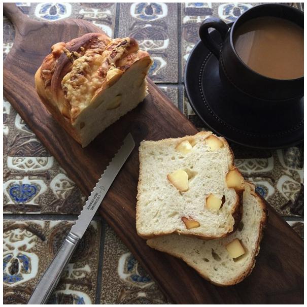 レコノム(L'econome)のトマトナイフでパンを切る