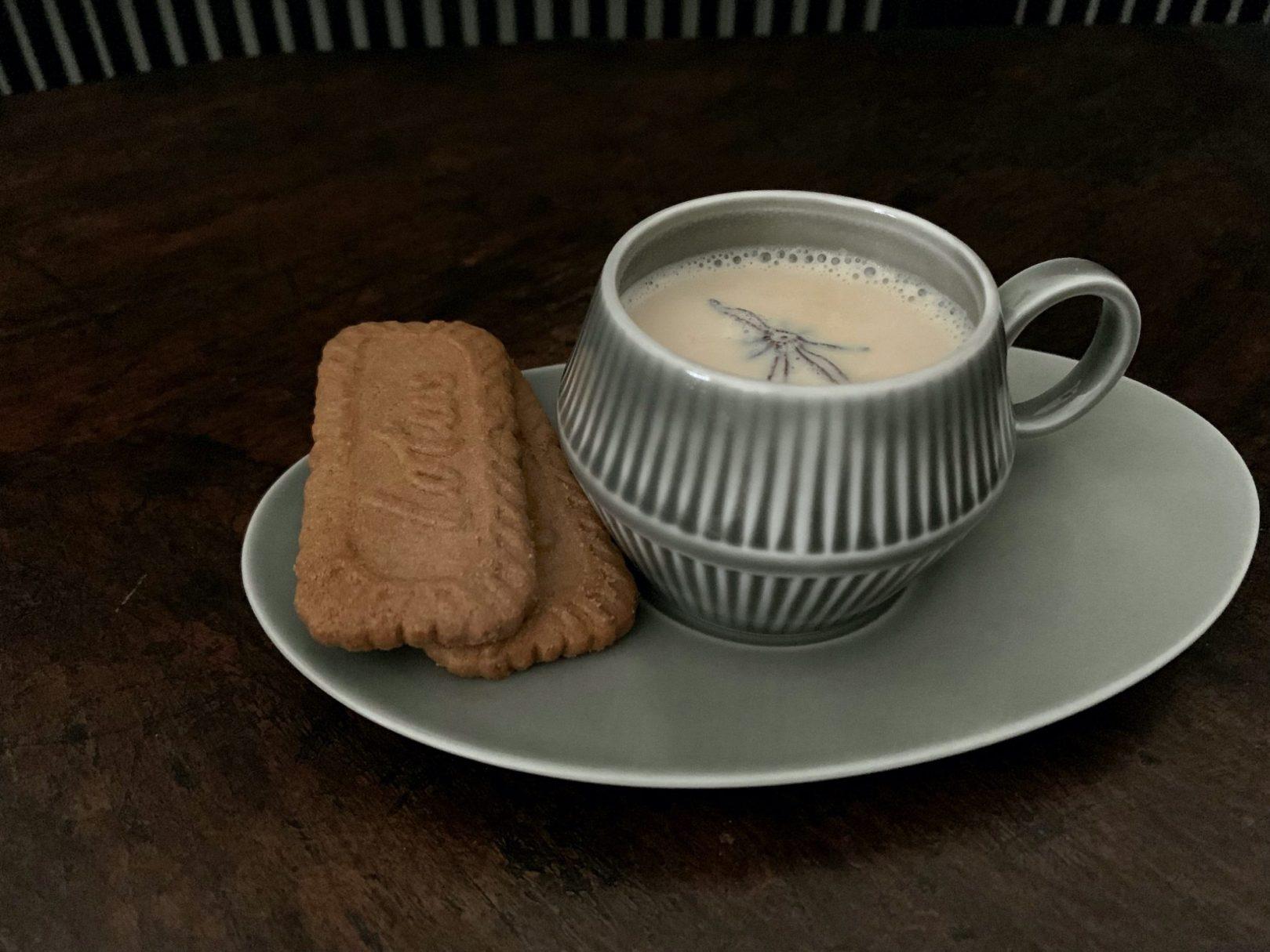 アニス風味のホットミルクでクッキータイム ©︎ Yoko Kadokawa