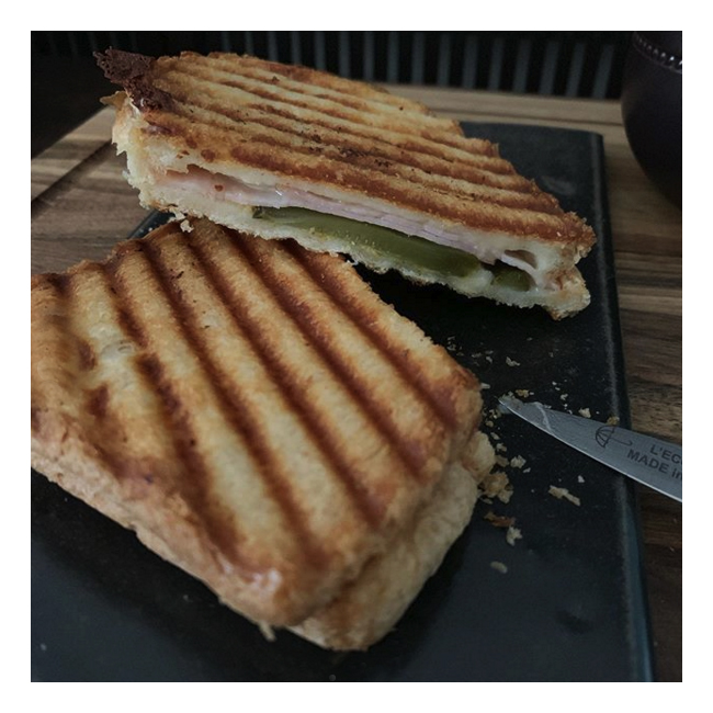 シェップスフルトのグリルパンで焼いたホットサンドを吉田直嗣さんの皿に乗せて