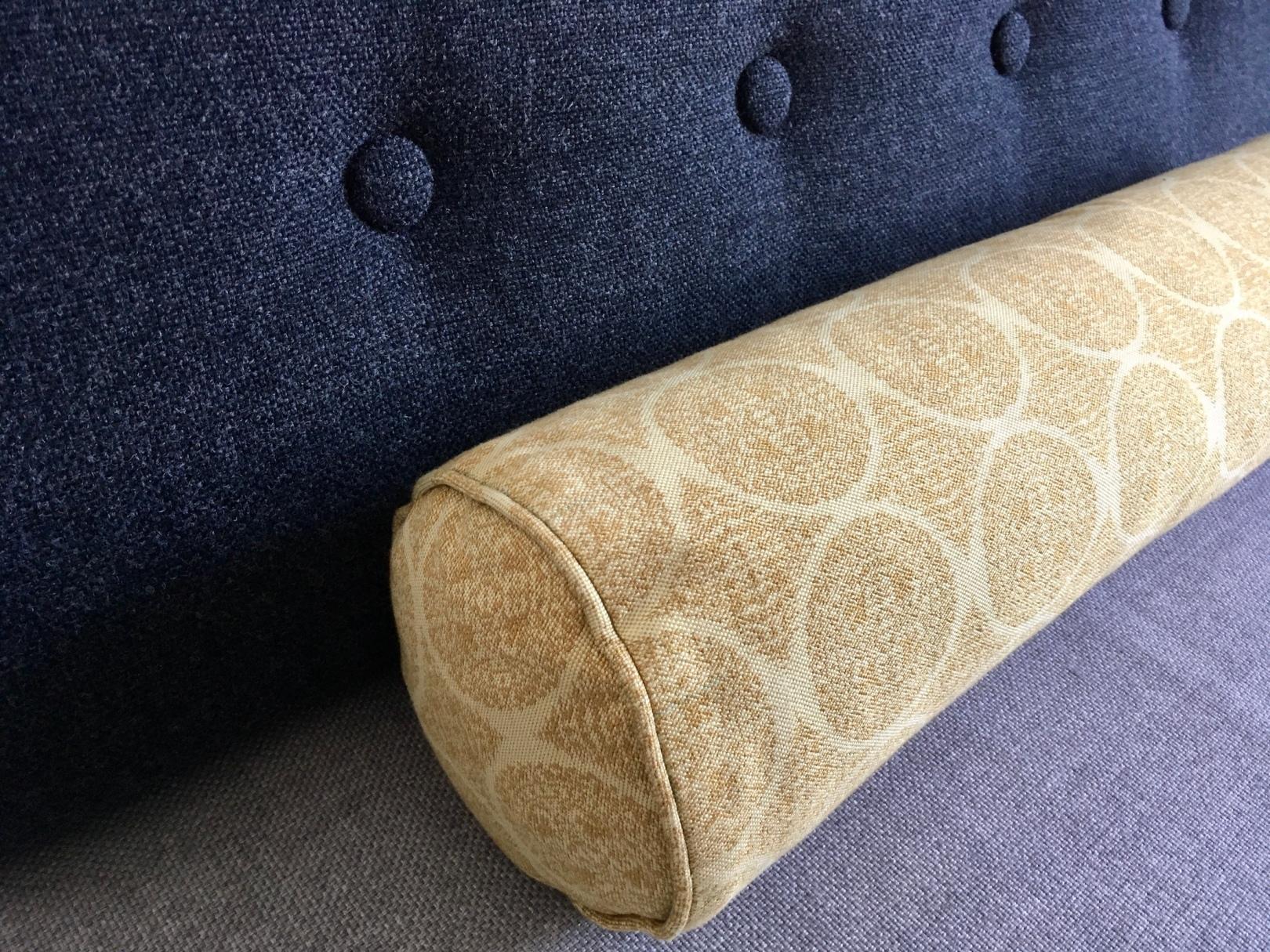 ボーエ・モーエンセン化した無印良品のソファベッドと龍村美術織物の布のカバーをつけた円柱型クッション