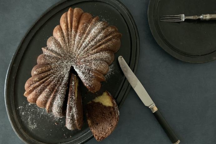 ノルディックウェアの型で焼いたマーブルケーキ、Photo by Yoko Kadokawa