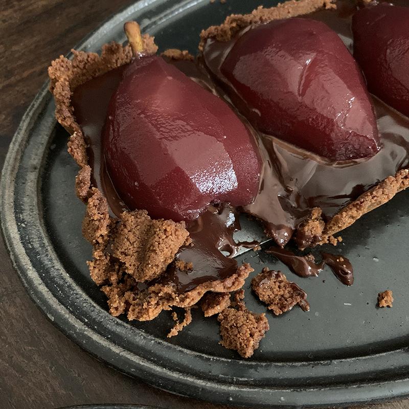 崩壊した洋梨コンポートのチョコタルト