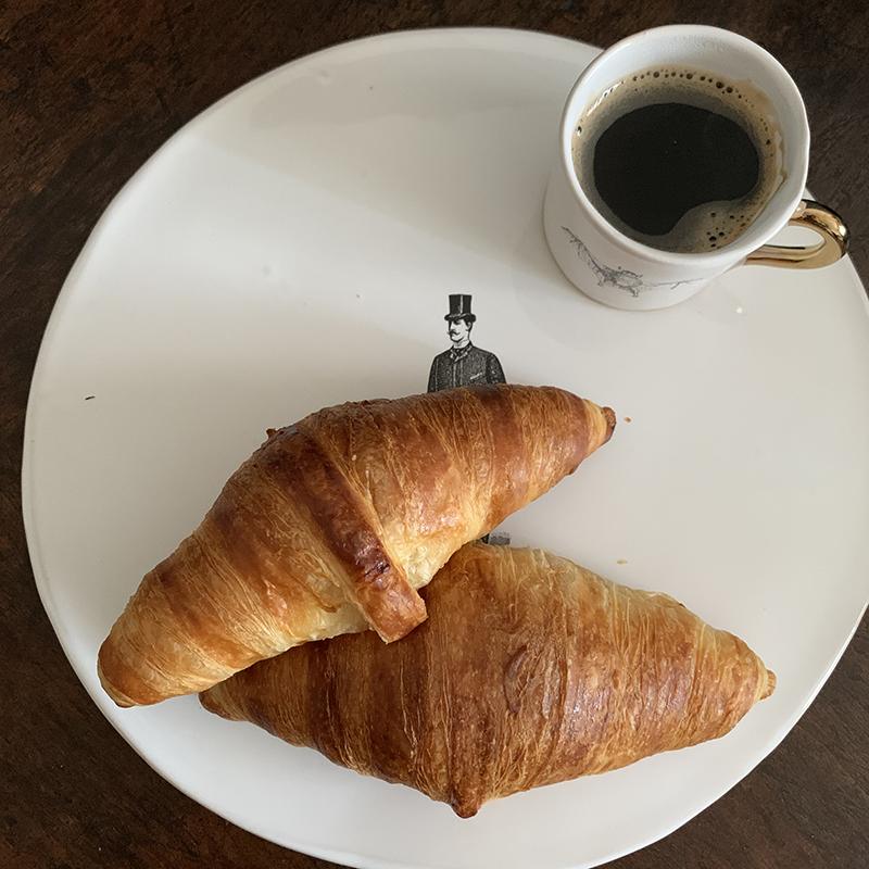 オスカーモンドのクロワッサンとコーヒー