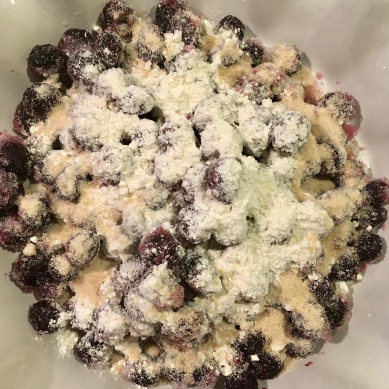 ブルーベリーに砂糖と粉をまぶす