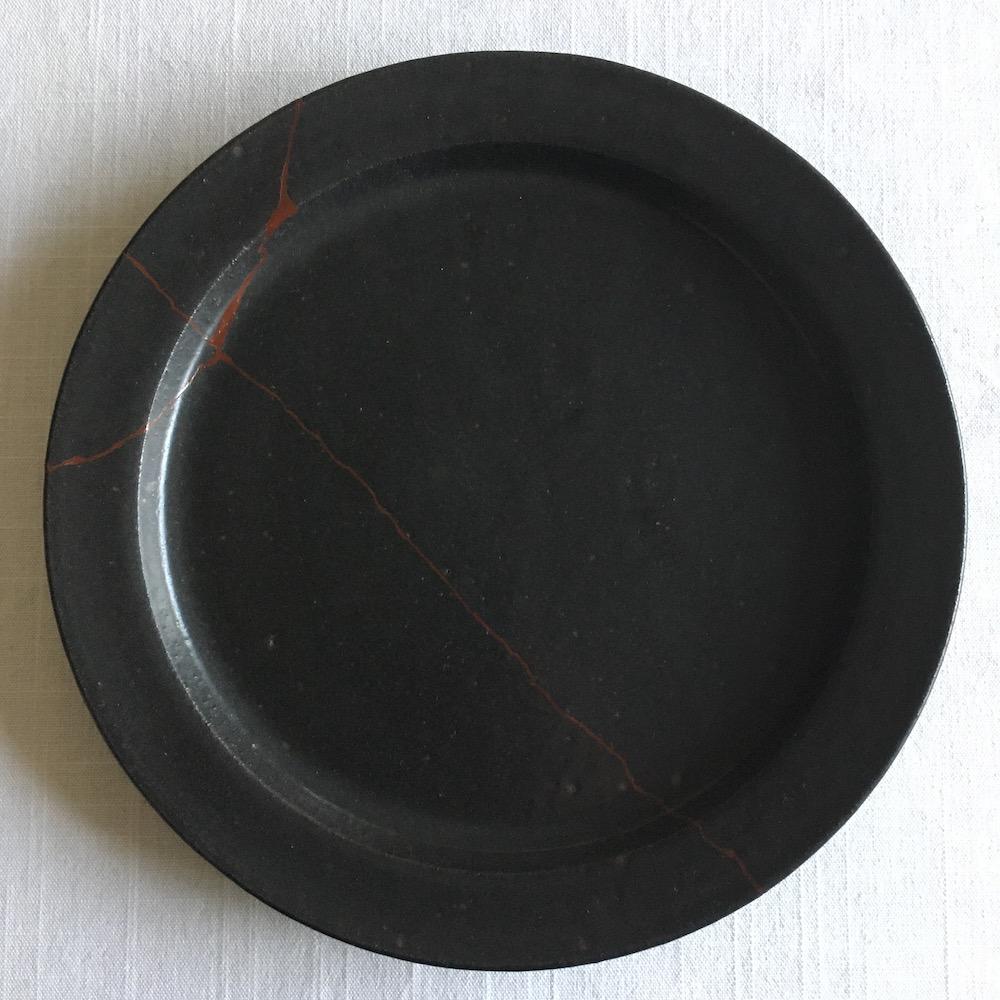 中塗りを終えた皿
